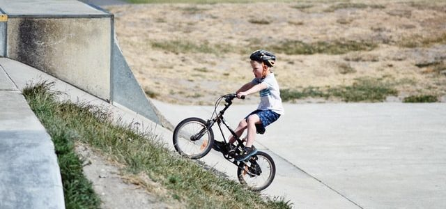 Kleiner Junge beim Radfahren